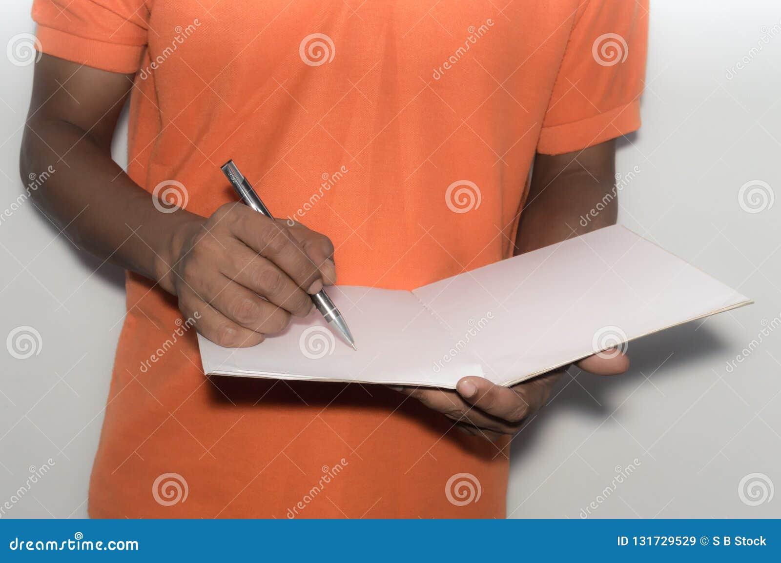 Situación del hombre de negocios y trabajo con los documentos