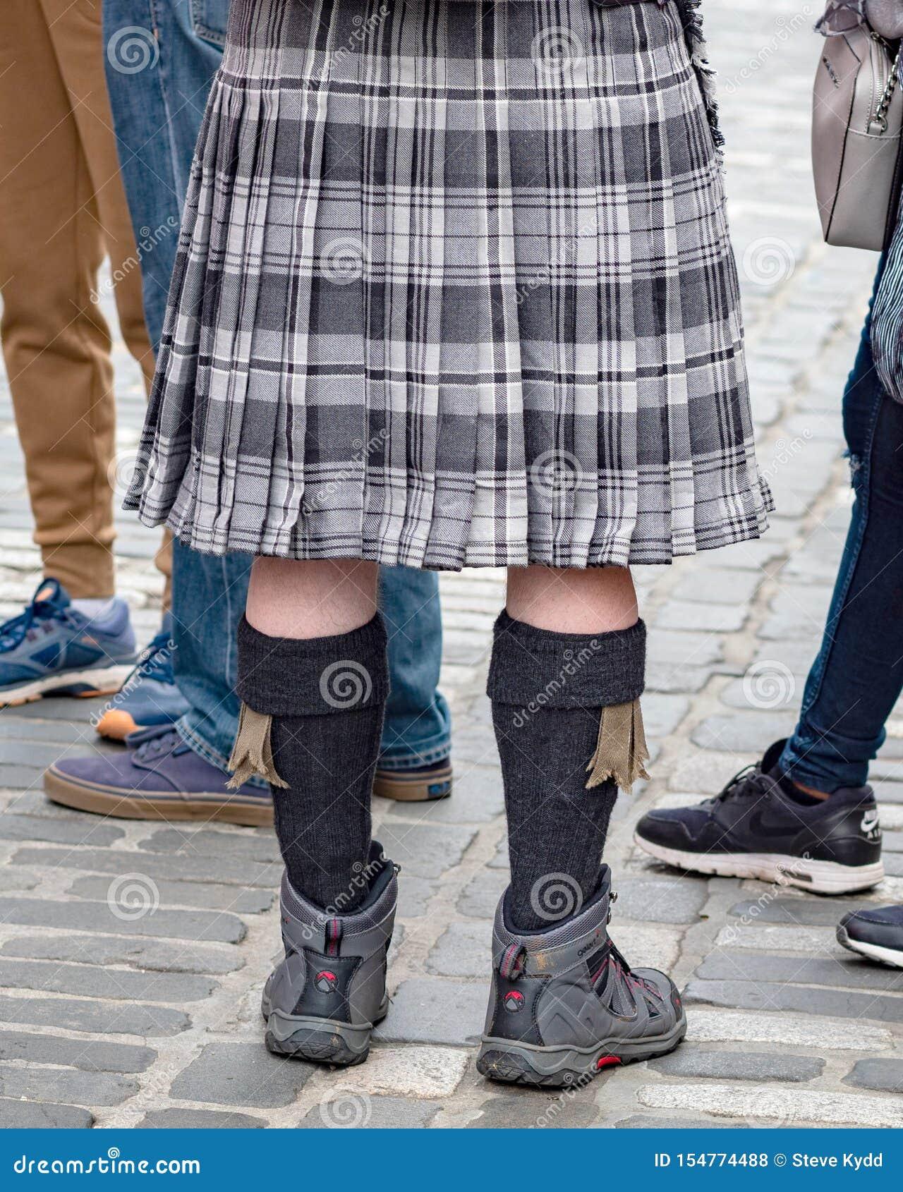 Situación en una falda escocesa, milla real, Edimburgo, Escocia, Reino Unido del hombre