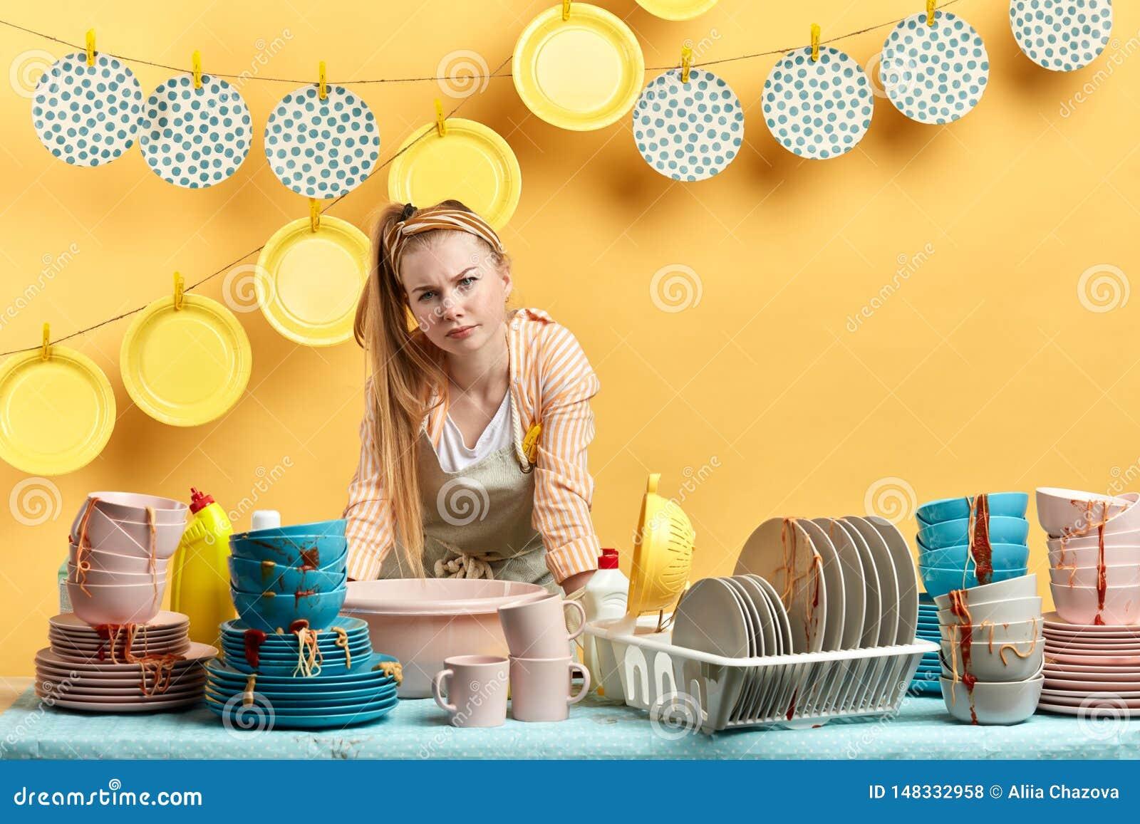 Situación infeliz descontentada del ama de casa detrás de la tabla de cocina