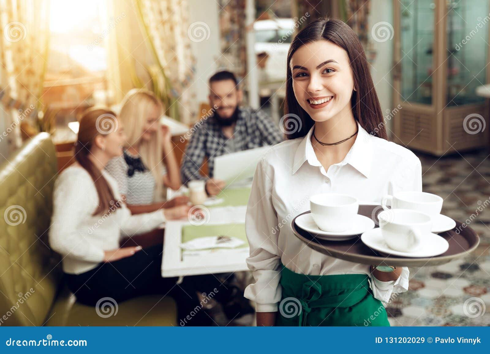 Mi cafetería. - Página 11 Situaci%C3%B3n-joven-sonriente-de-la-camarera-del-retrato-en-caf%C3%A9-131202029