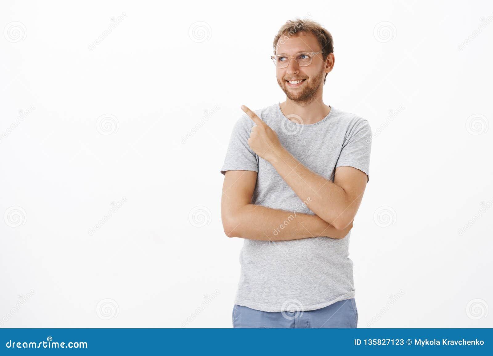 Situación masculina ambiciosa soñadora y creativa del empresario sobre el fondo blanco que señala y que mira en la esquina superi