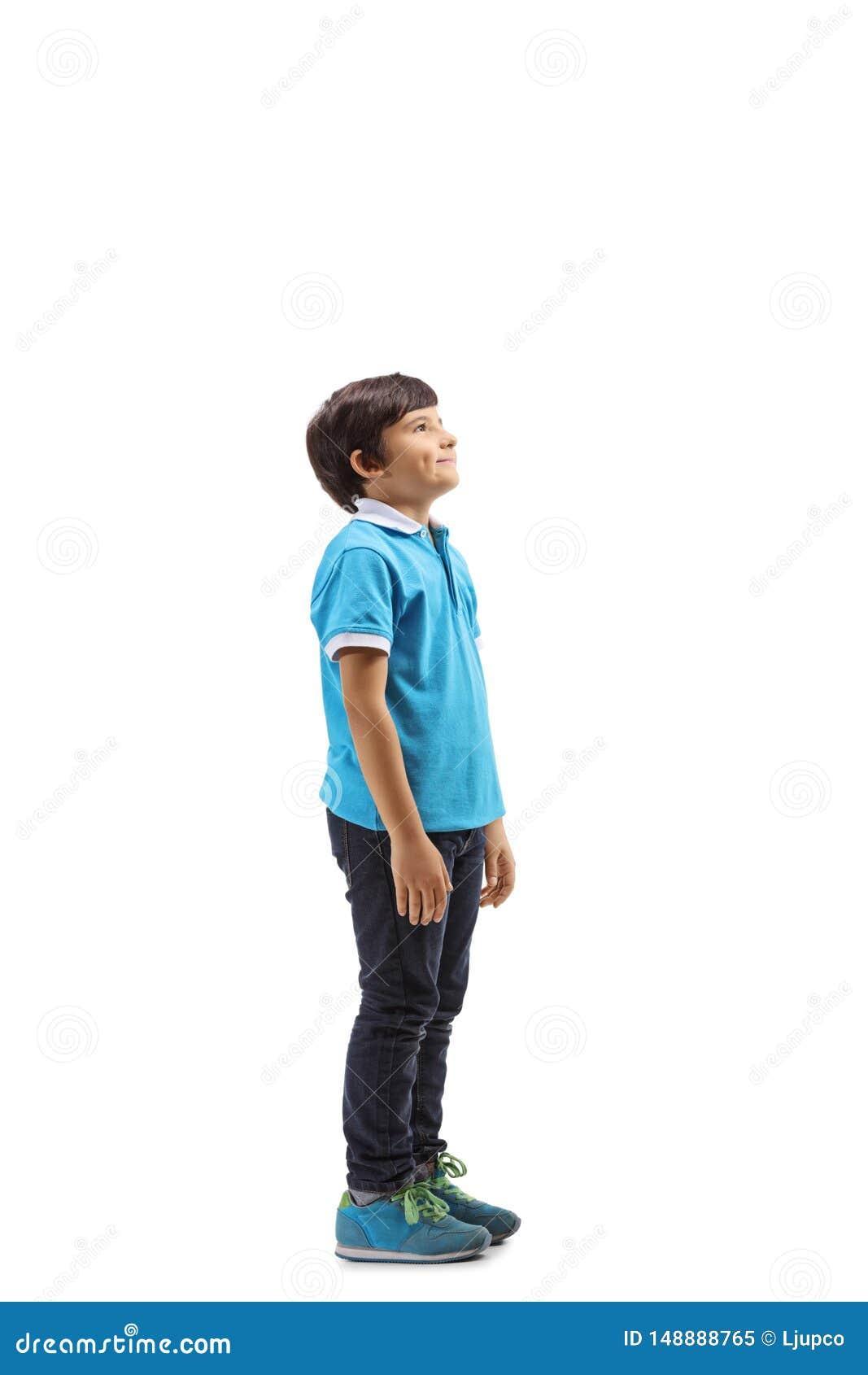 Situaci?n sonriente del muchacho y mirada hacia arriba