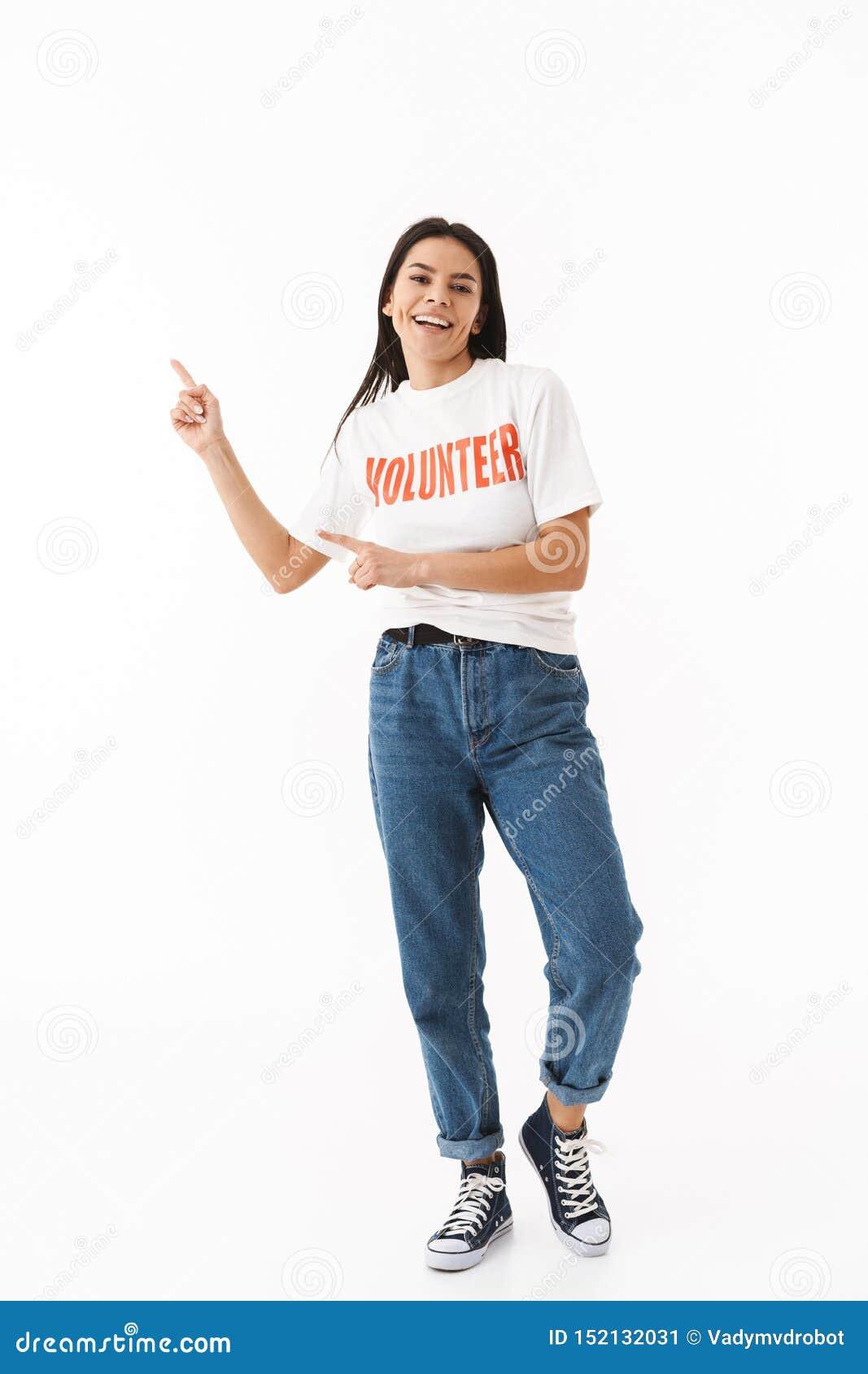 Situación voluntaria sonriente de la camiseta de la chica joven que lleva