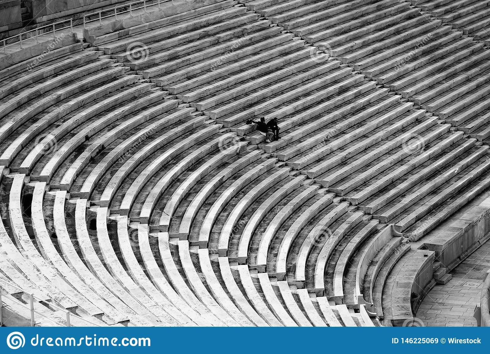 Sitze eines große Stadions mit wenigen Leuten