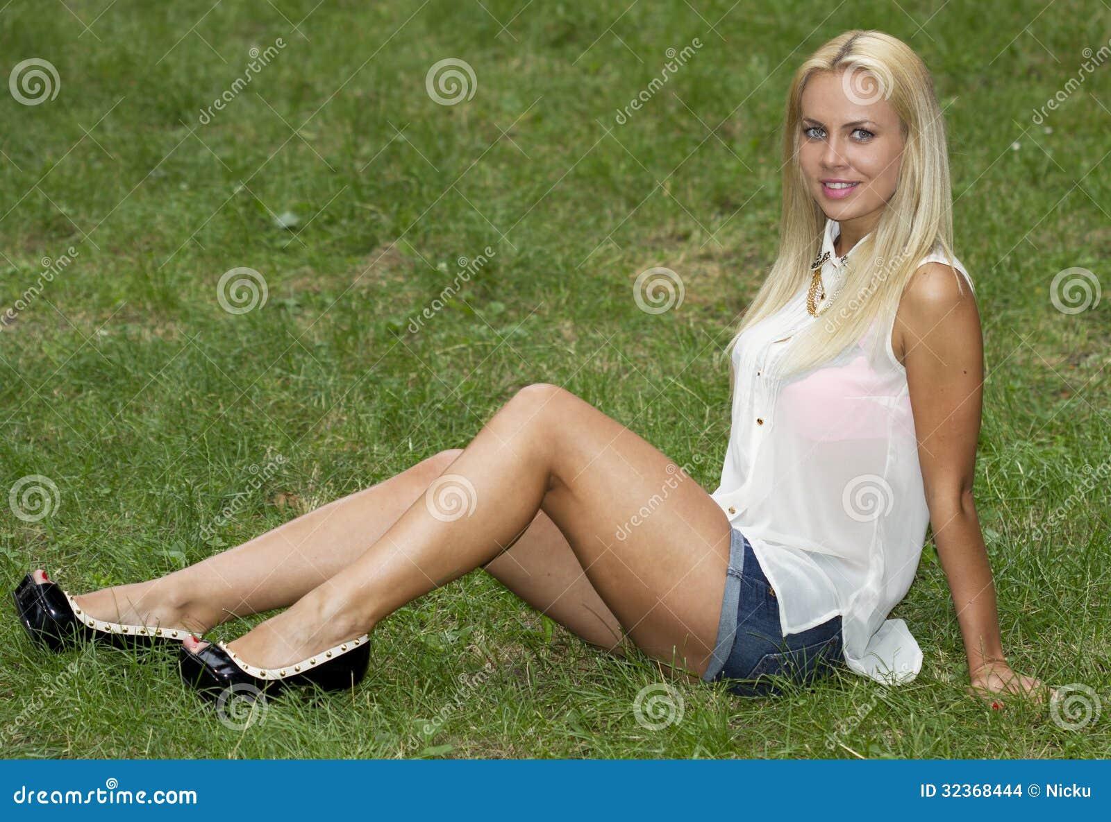 Sitzen auf Gras im Park