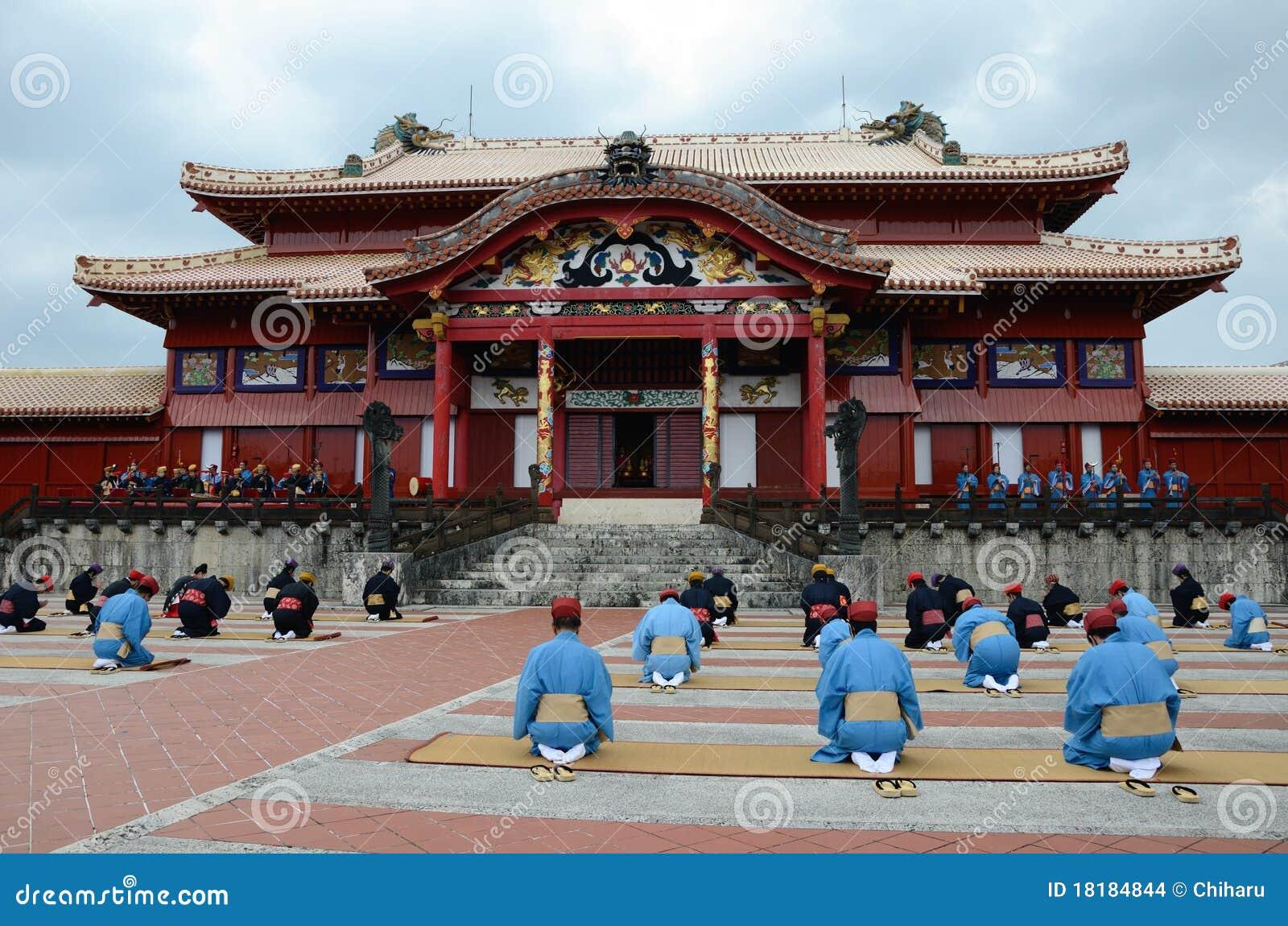 Sitzende Männer in einer Reihe bei Shuri ziehen sich, Okinawa zurück.