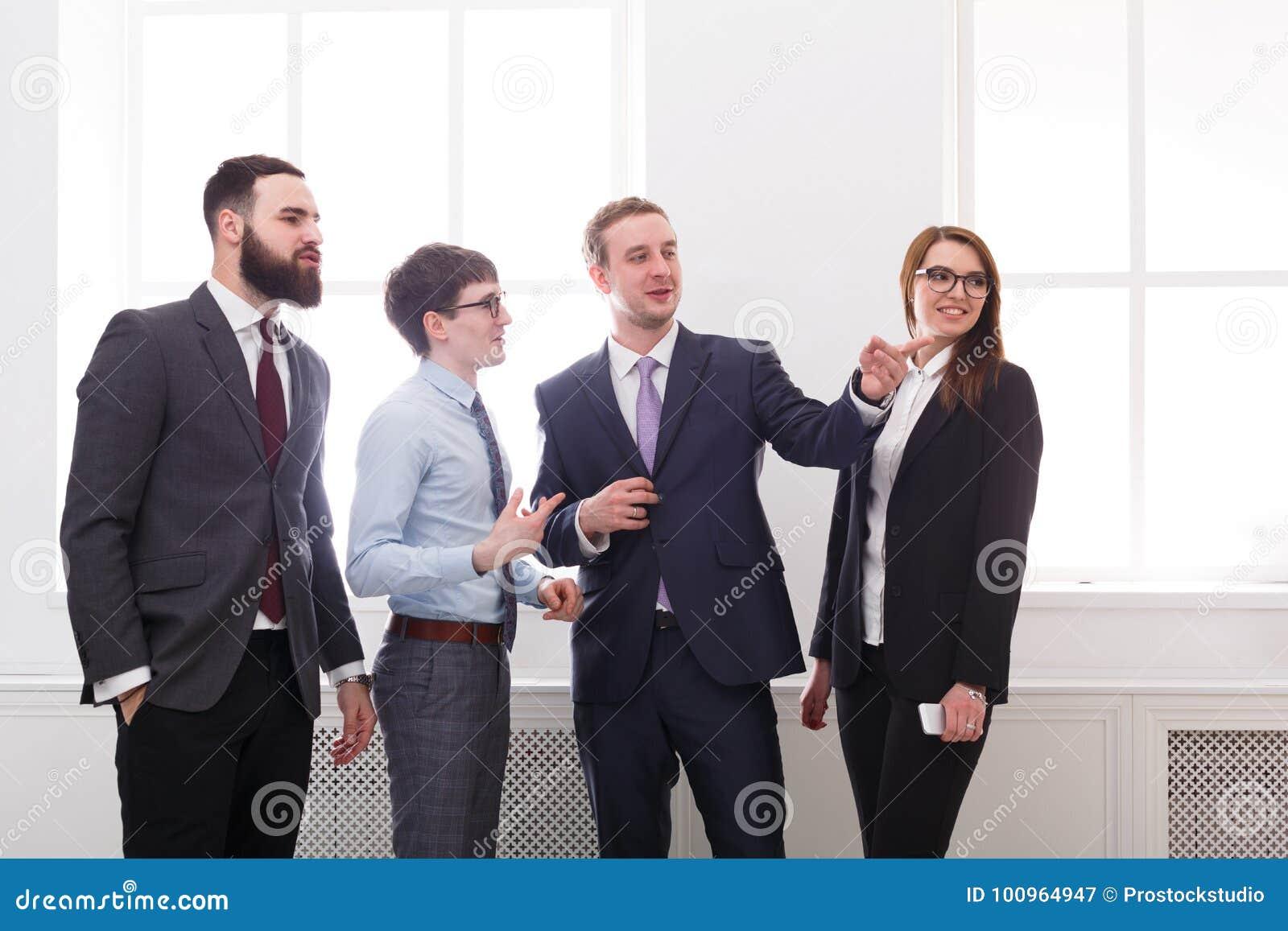 Sitzungsgeschäftsleute, Diskussion korporativ Erfolg Schach stellt Bischöfe dar Bild 3D auf weißem Hintergrund