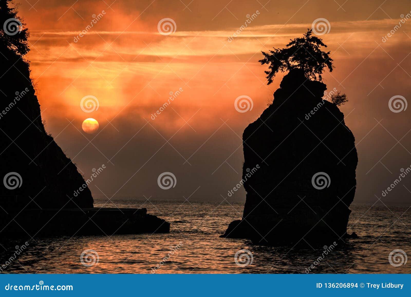 Siwash skała Przy zmierzchem