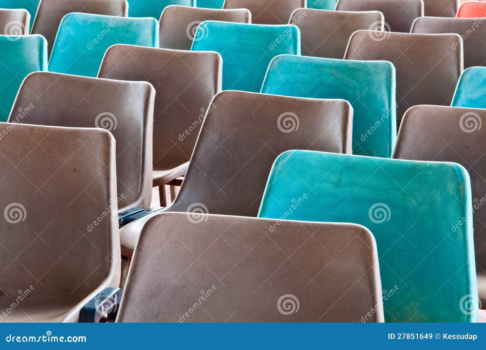 Siwieje starych plastikowych krzesła i zielenieje