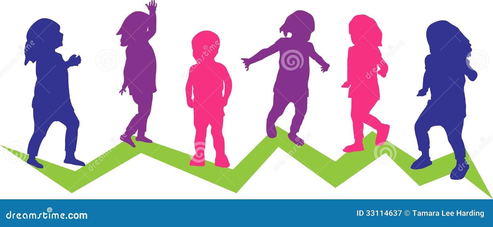 Six enfants en bas âge dans le mouvement