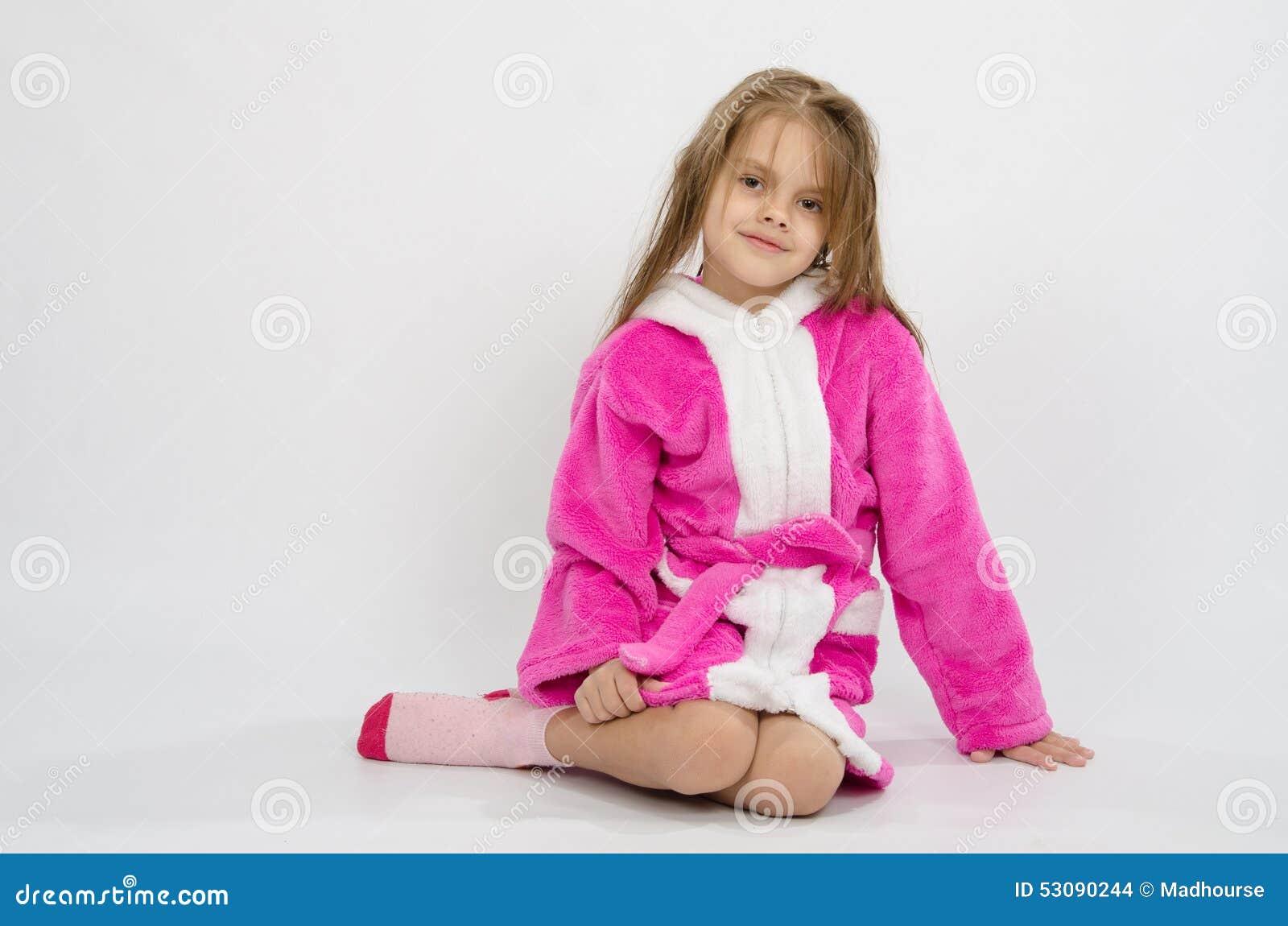 six filles d 39 ans dans un peignoir photo stock image 53090244. Black Bedroom Furniture Sets. Home Design Ideas