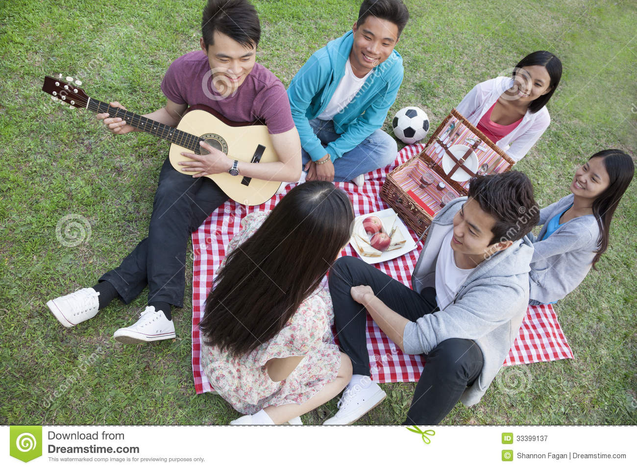 Six friends having a picnic and hanging out in the park for Hanging groups of pictures