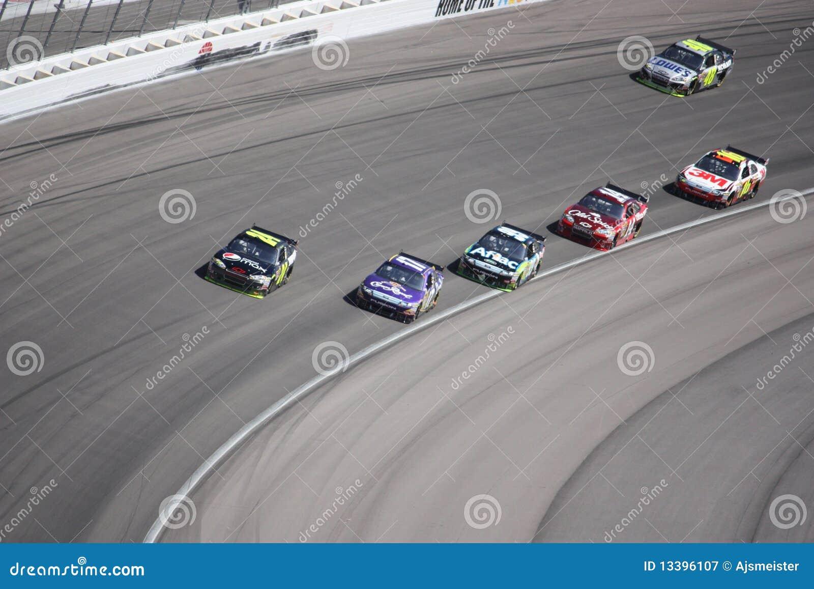 Six véhicules alternativement 4 d un chemin de NASCAR à Las Vegas