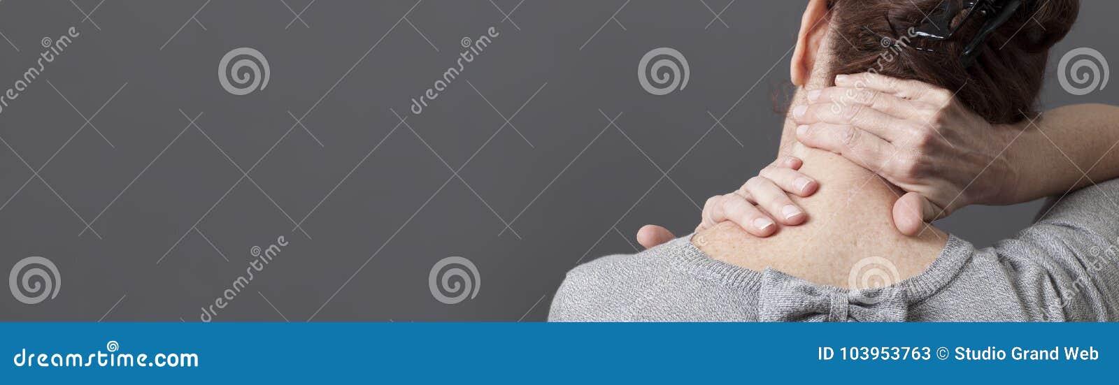 Själv-acupressure för den avslappnande skuldran och ryggvärken, grå lång panorama