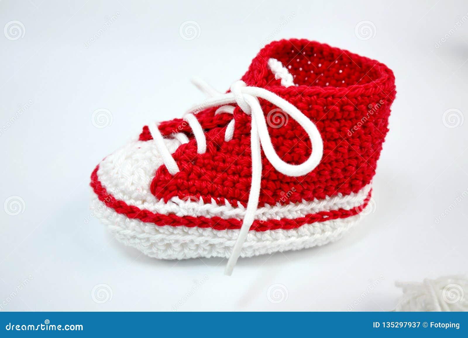 Själv-virkat behandla som ett barn skor som göras av bomull