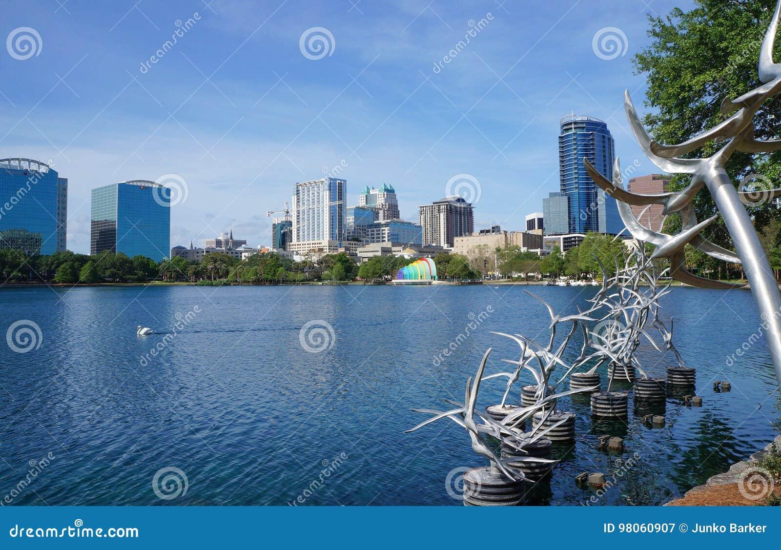 Sjö Eola, höghus, horisont och springbrunn i stadens centrum Orlando, Florida, Förenta staterna, April 27, 2017