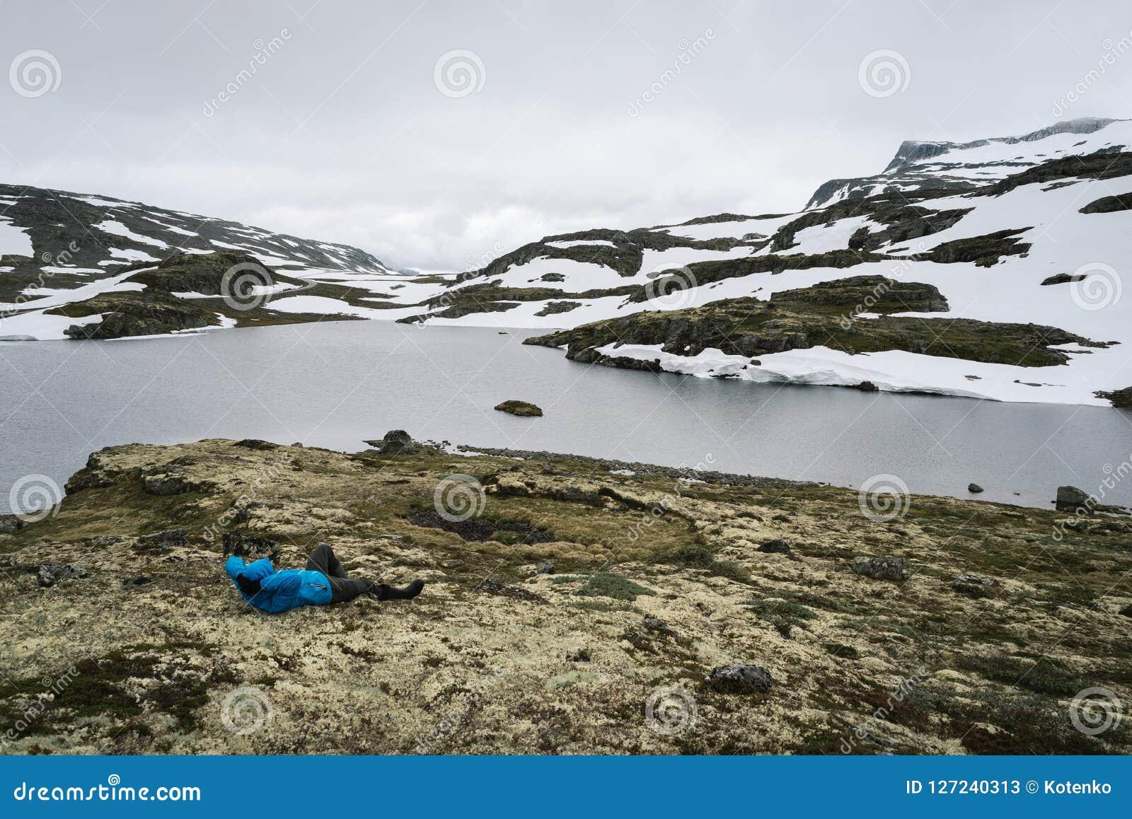 Sjö i den norska sceniska rutten Aurlandsfjellet