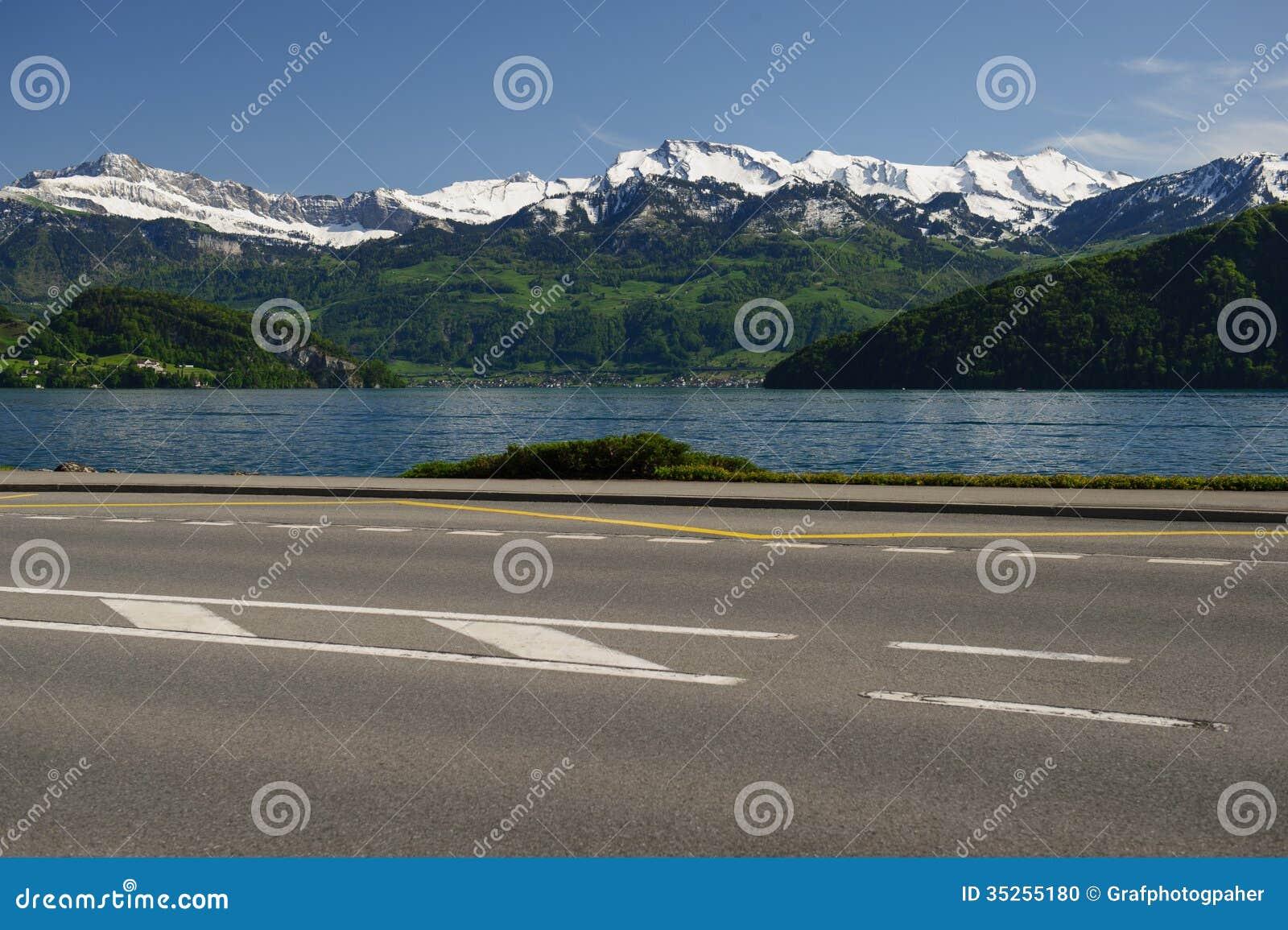 Sjö Lucerne och väg