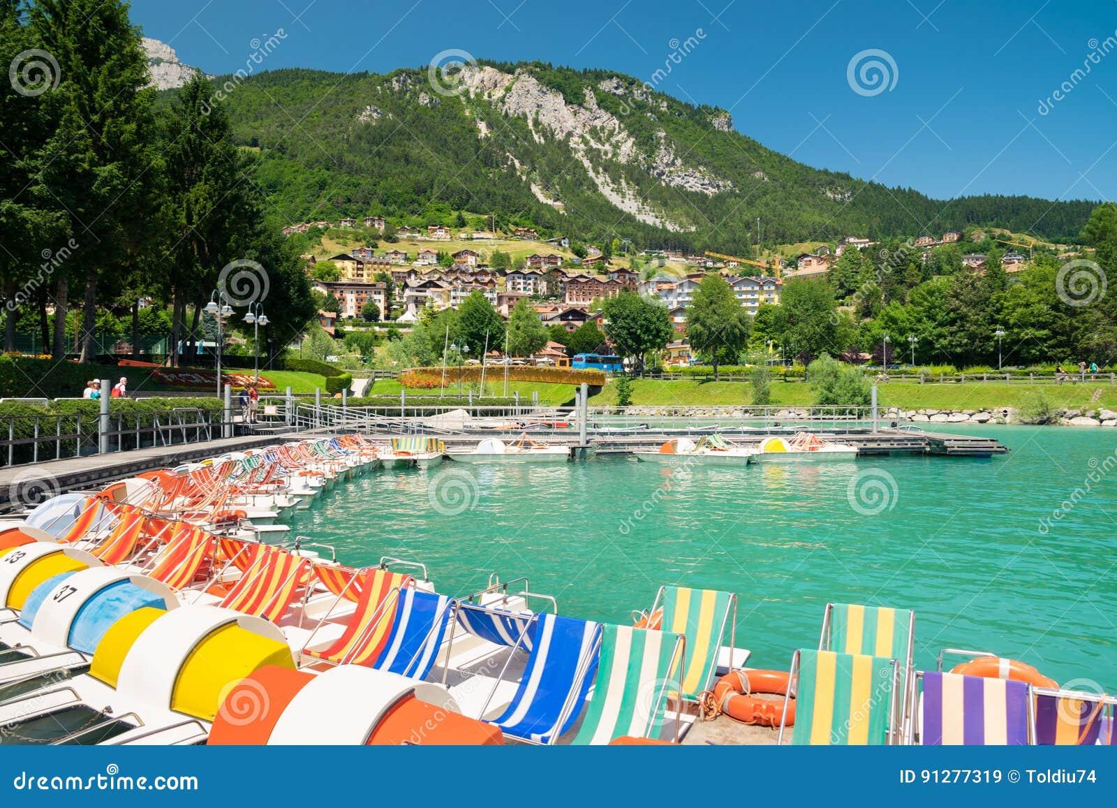 Sjö Molveno som väljs mest härlig sjö i Italien