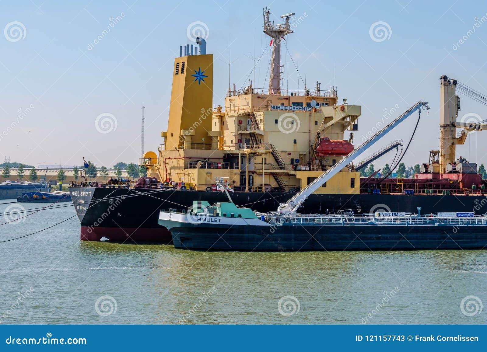 Sjögående skepp som bunkrar bränsle från den inlands- tankfartyget i har Rotterdam
