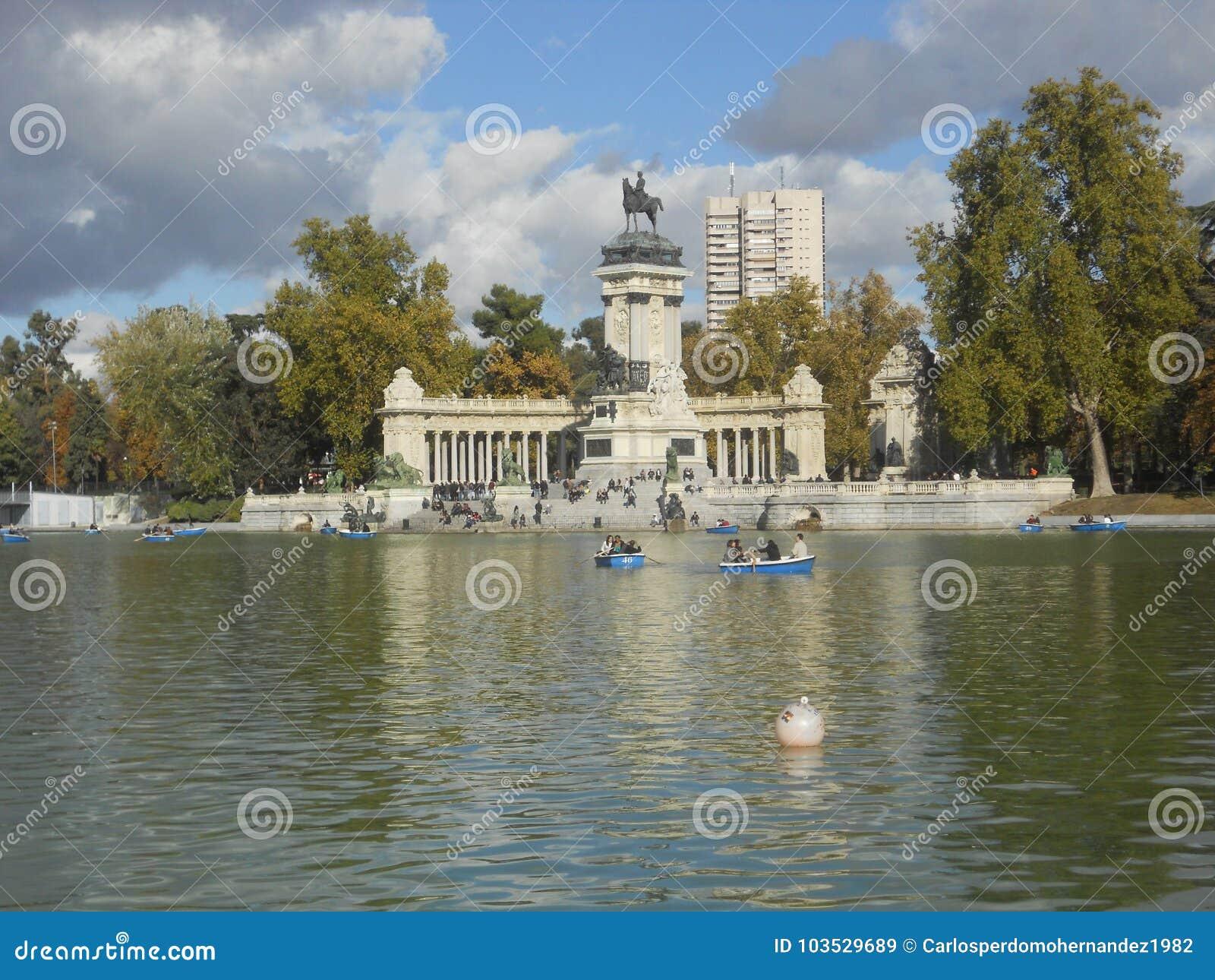 Sjön i retiro parkerar i madrid med statyer, vatten och ekor
