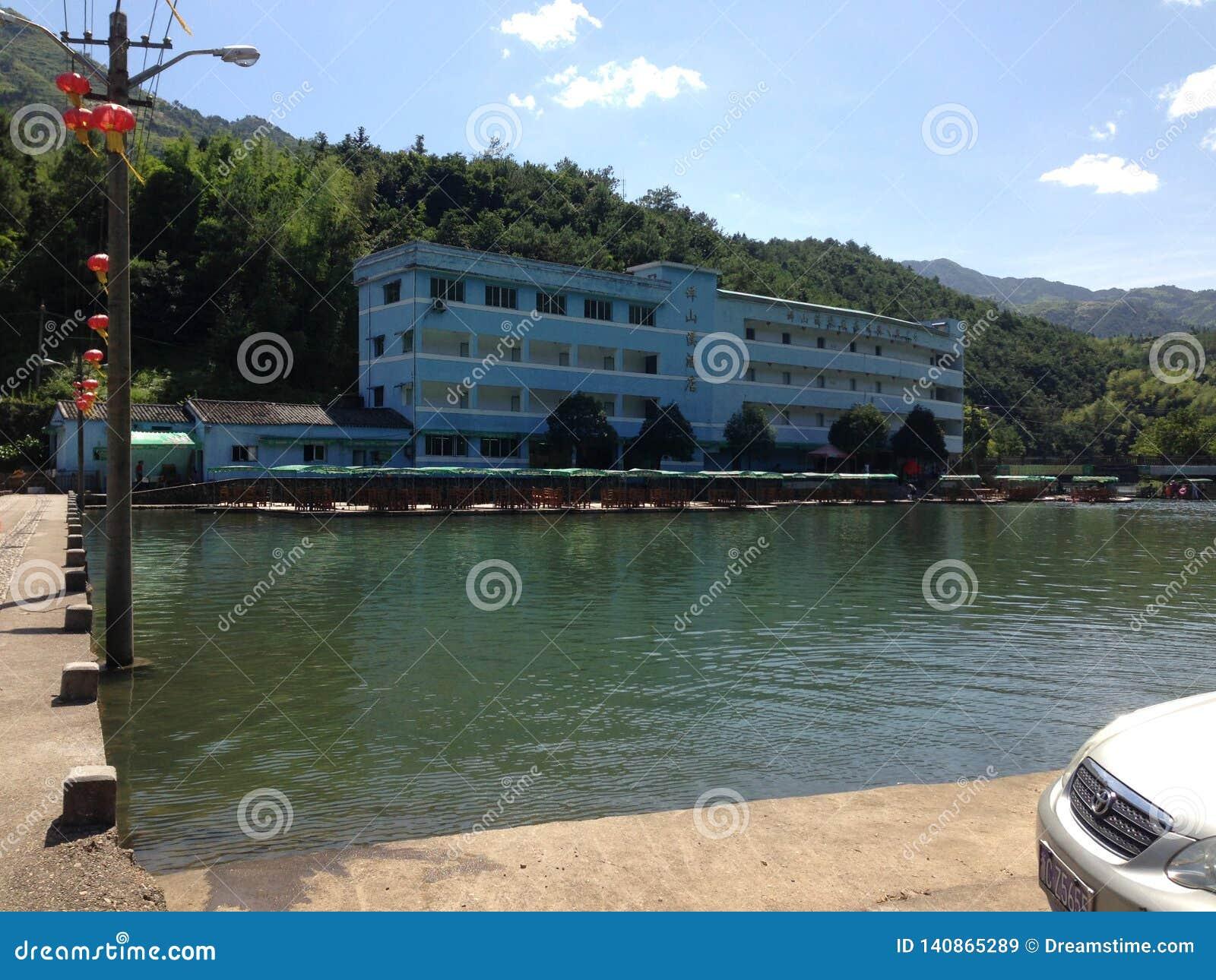 Sjösidalandskap i Kina i SummerSwimming i bergen av Kina i sommar