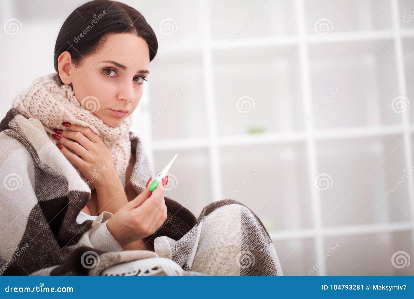 Sjuk termometerkvinna influensa Kvinna fångad Cold