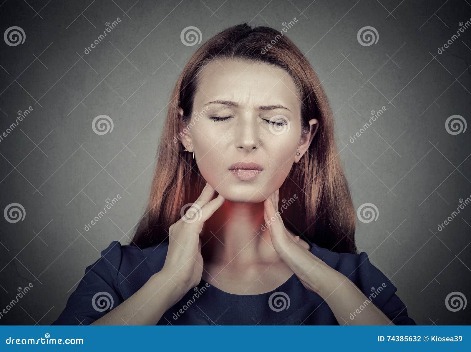 Sjuka unga kvinnan som den har, smärtar i hennes hals