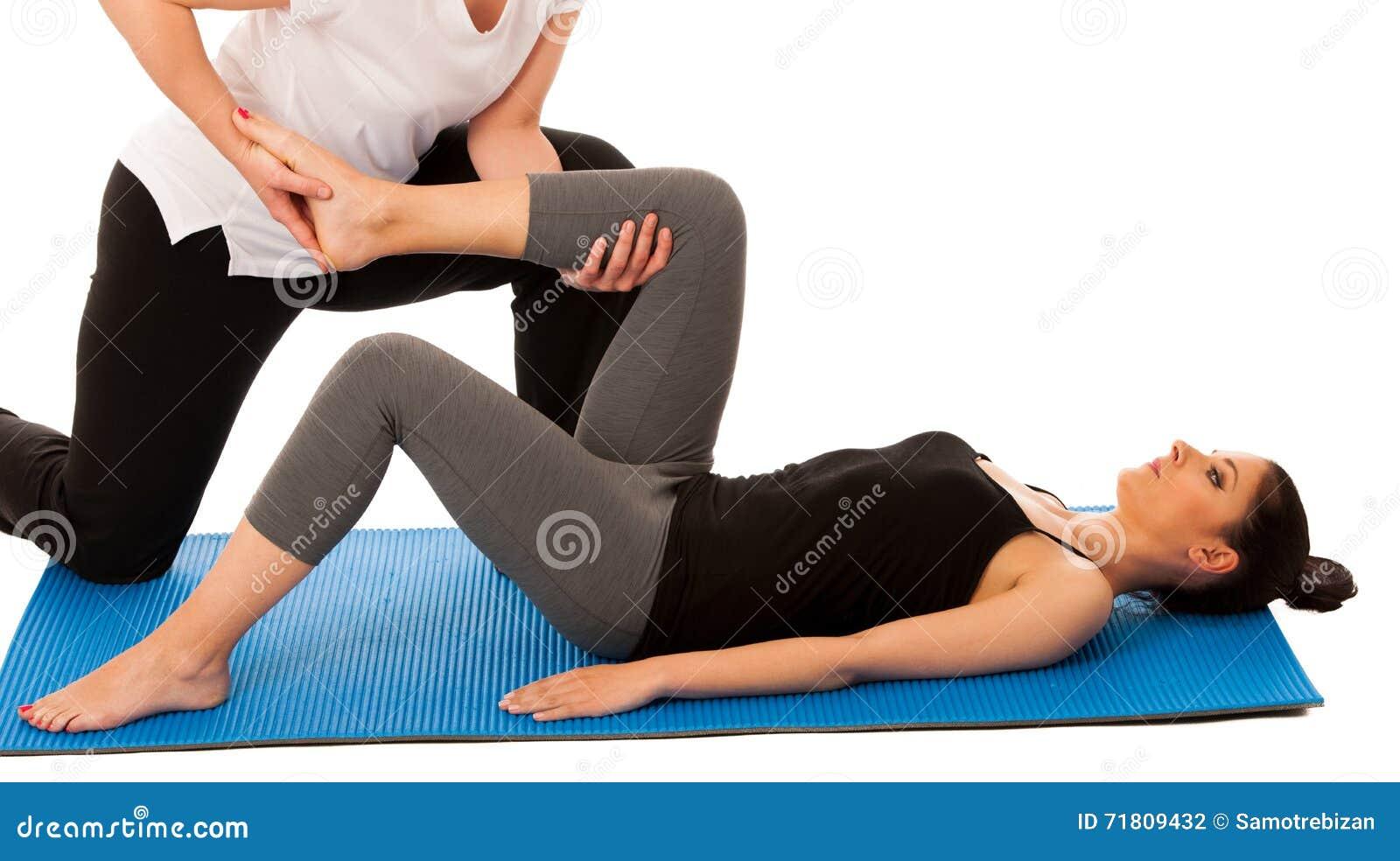 Sjukgymnastik - terapeut som gör benet som sträcker excercises med