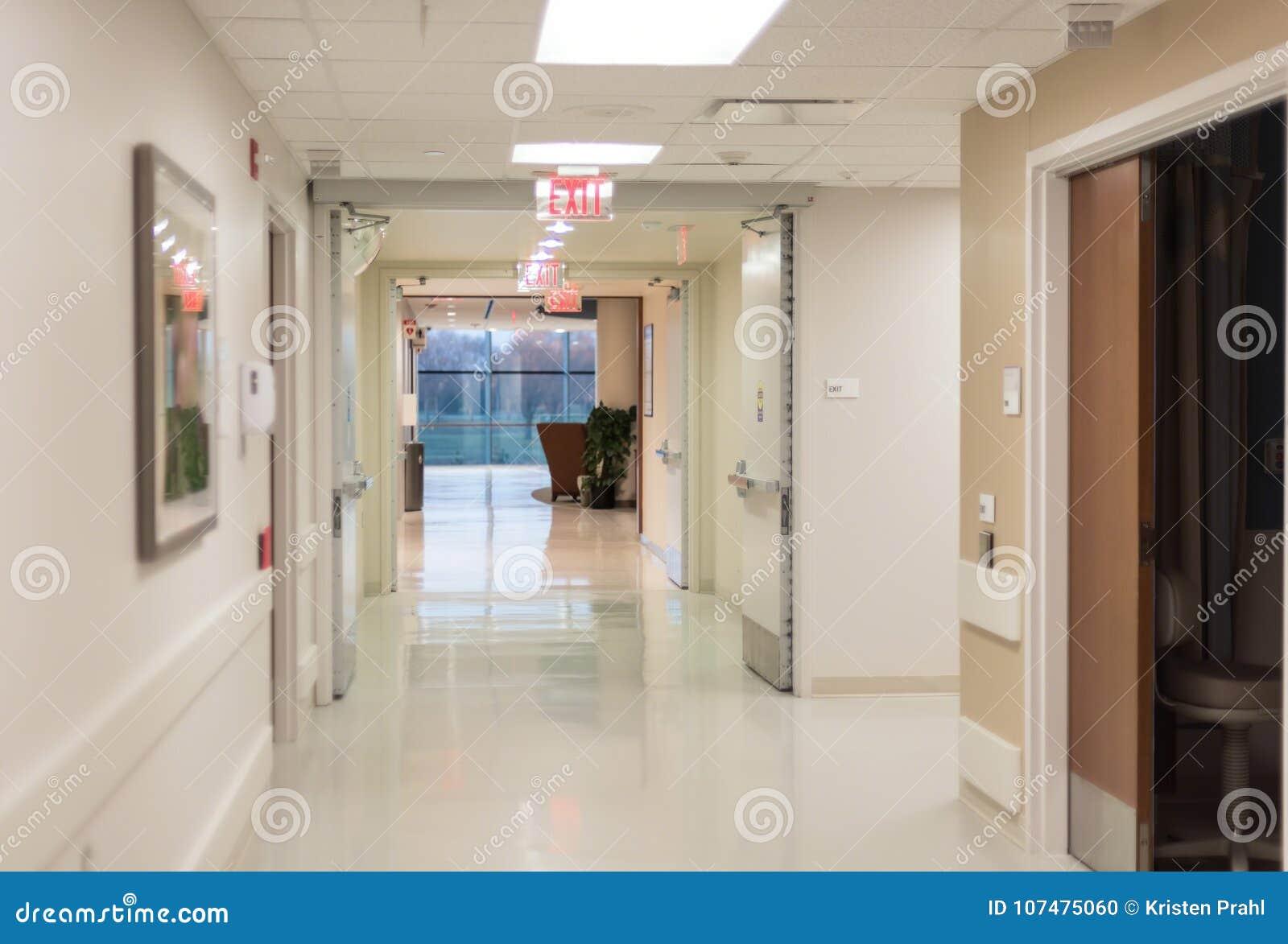 Sjukhushall med ljusa flourescent ljus