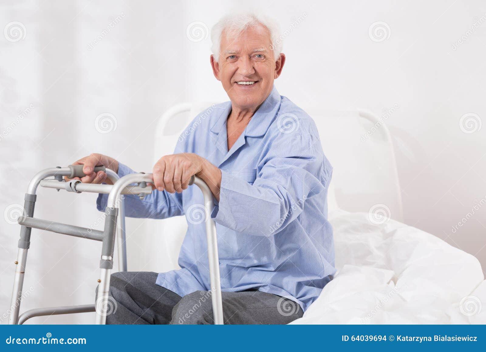 Sjukhuspatient med en gå ram