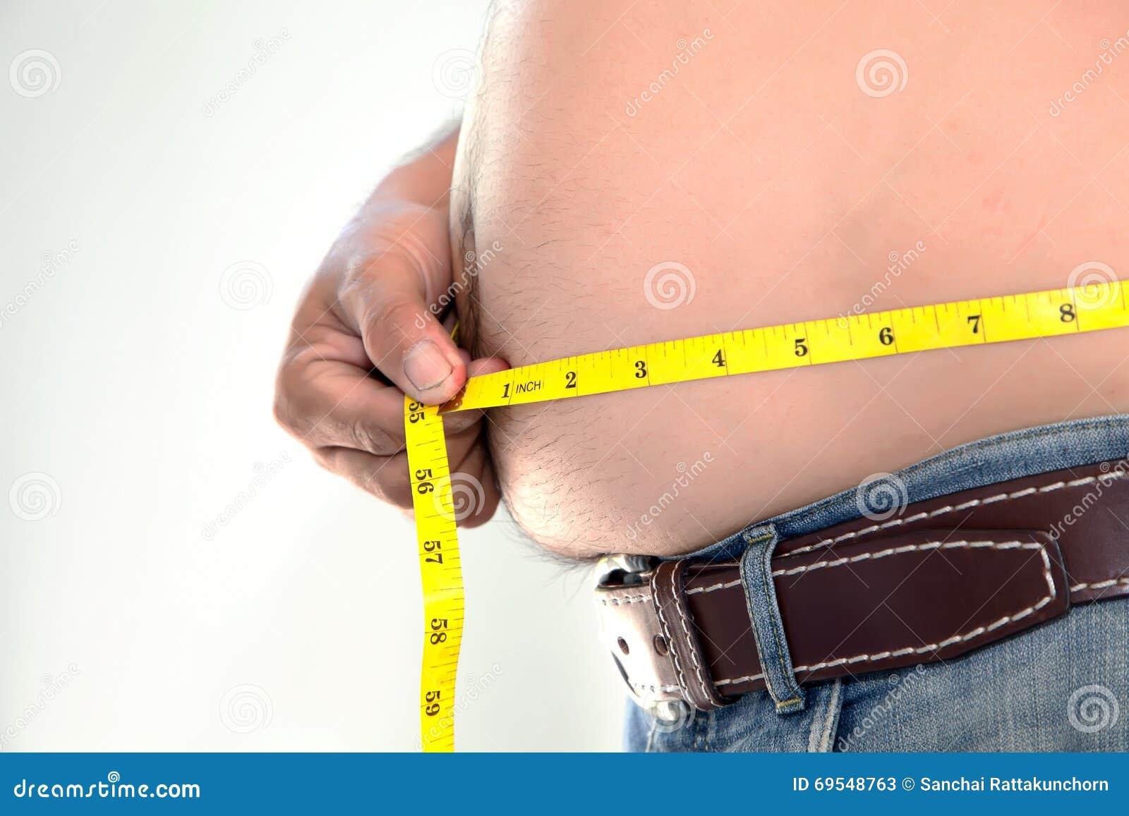 Sjukligt fet person som mäter hans buk