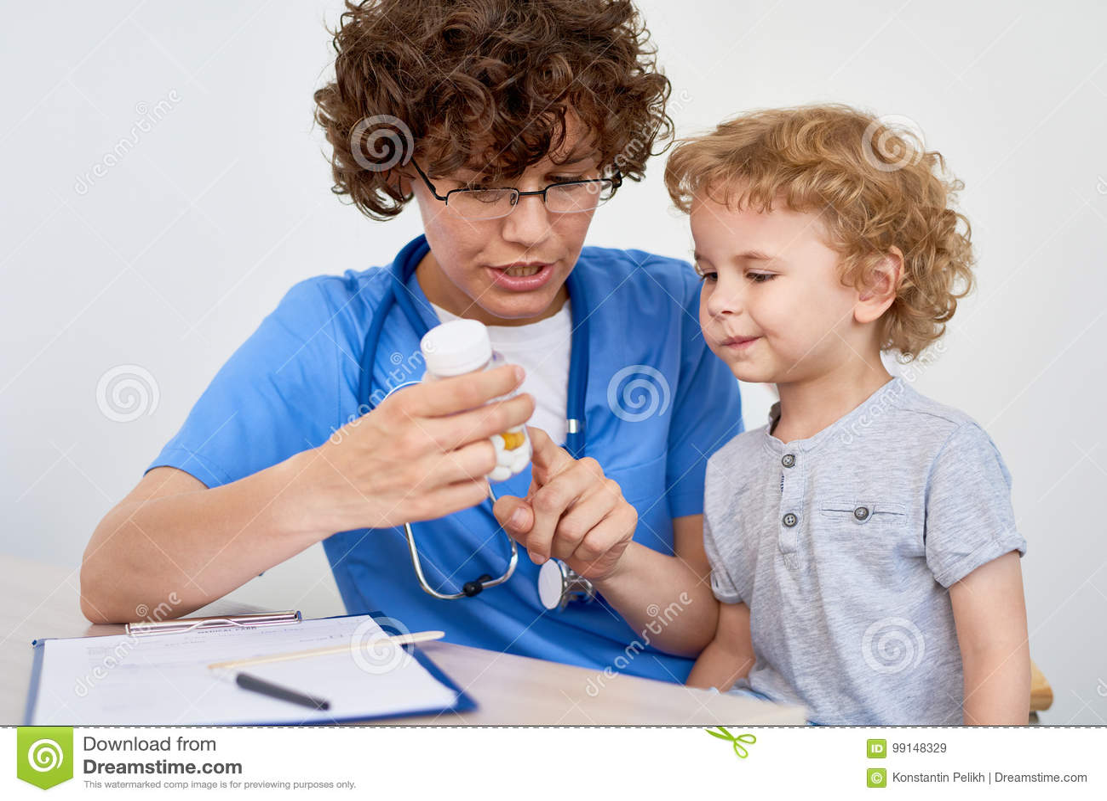 Sjuksköterska Giving Vitamins till det lilla barnet