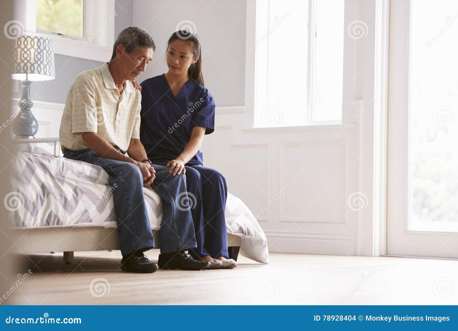 Sjuksköterska Making Home Visit till den deprimerade höga mannen