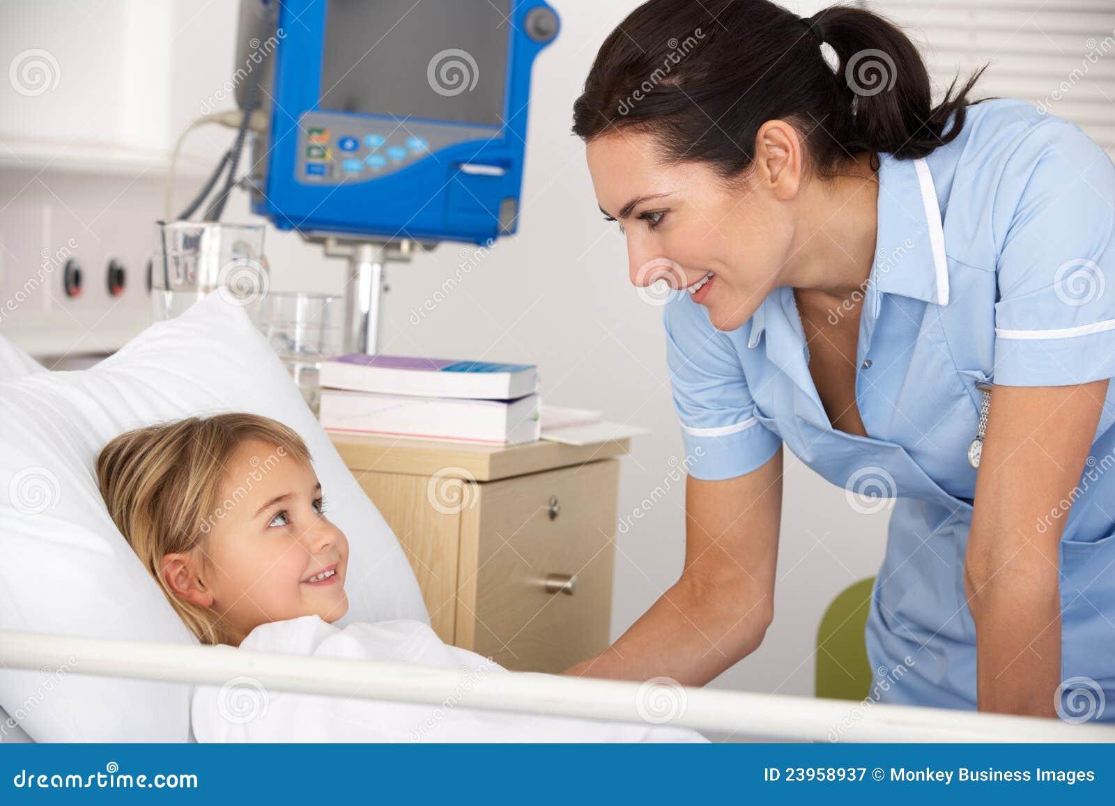 Sjuksköterska med barntålmodign i UK A&E