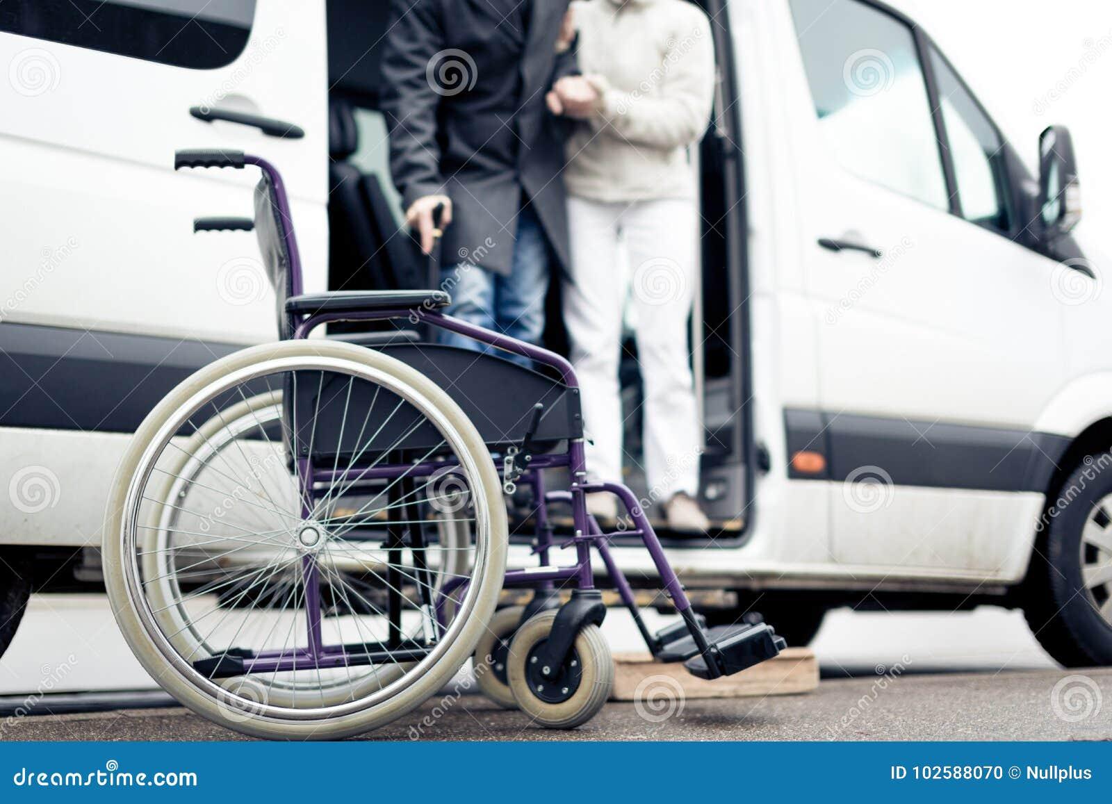 SjuksköterskaHelping Senior Man utgång en skåpbil