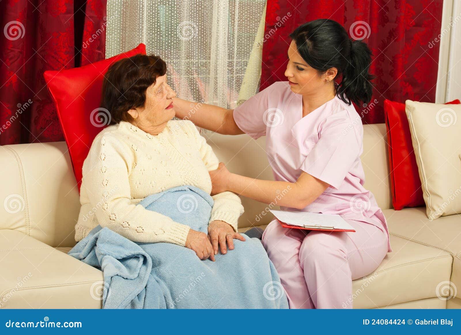 Sjuksköterskan satte en kudde till den höga kvinnan