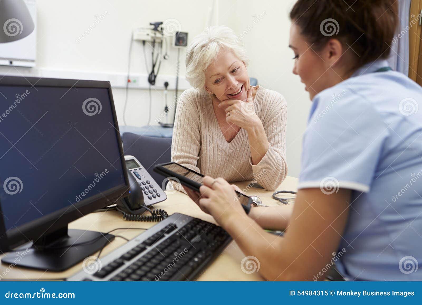 SjuksköterskaShowing Patient Test resultat på den Digital minnestavlan