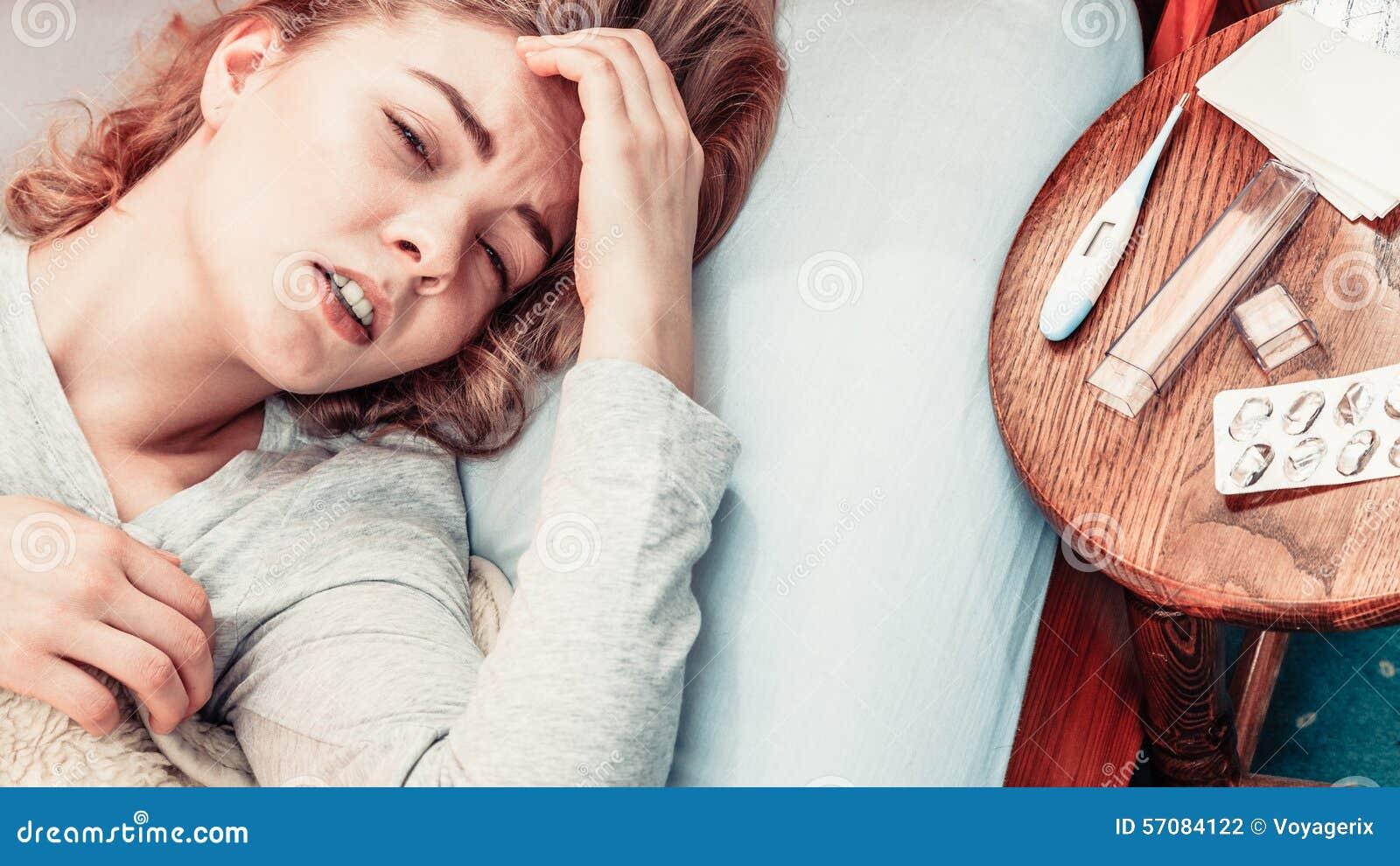 Sjukt kvinnalidande från huvudvärk smärtar