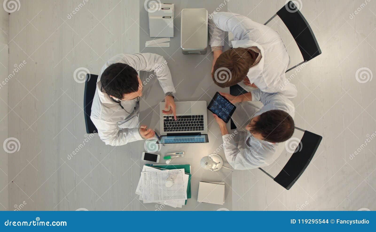 Sjukvårdbegrepp för doktor Meeting Teamwork Diagnosis Top beskådar