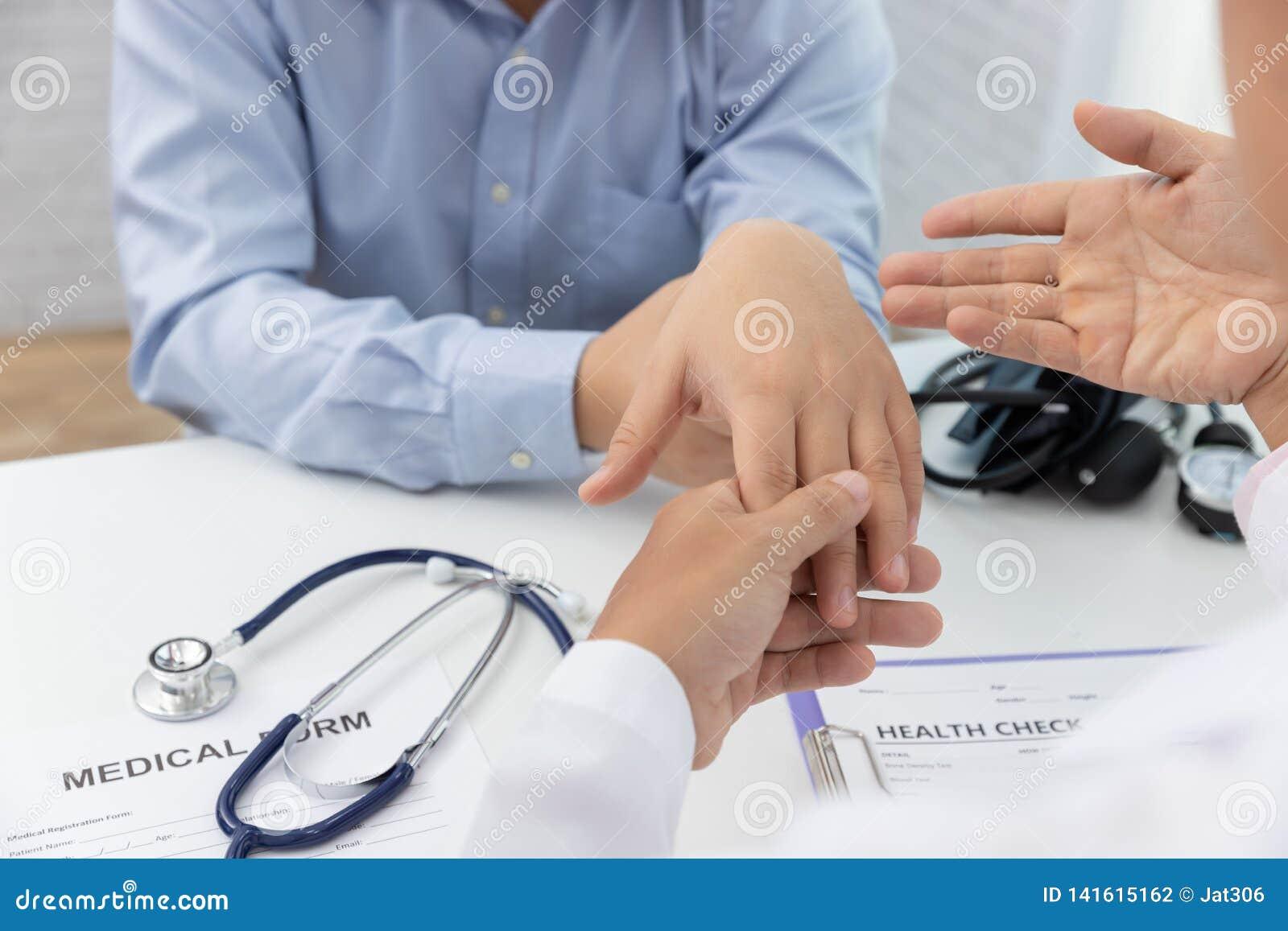 Sjukvården och det medicinska begreppet, doktor förklarar handleden smärtar tecken och medicinsk behandling till patienten i sjuk