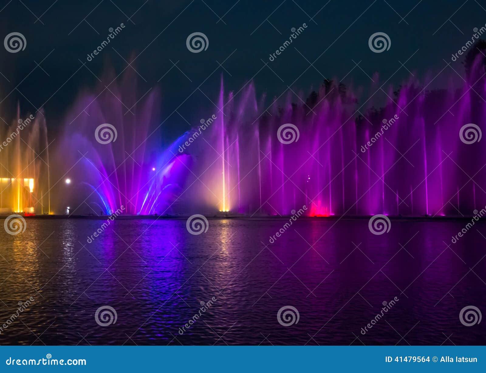 Sjunga för barcelona springbrunnliggande Glödande kulöra springbrunnar och laser-show
