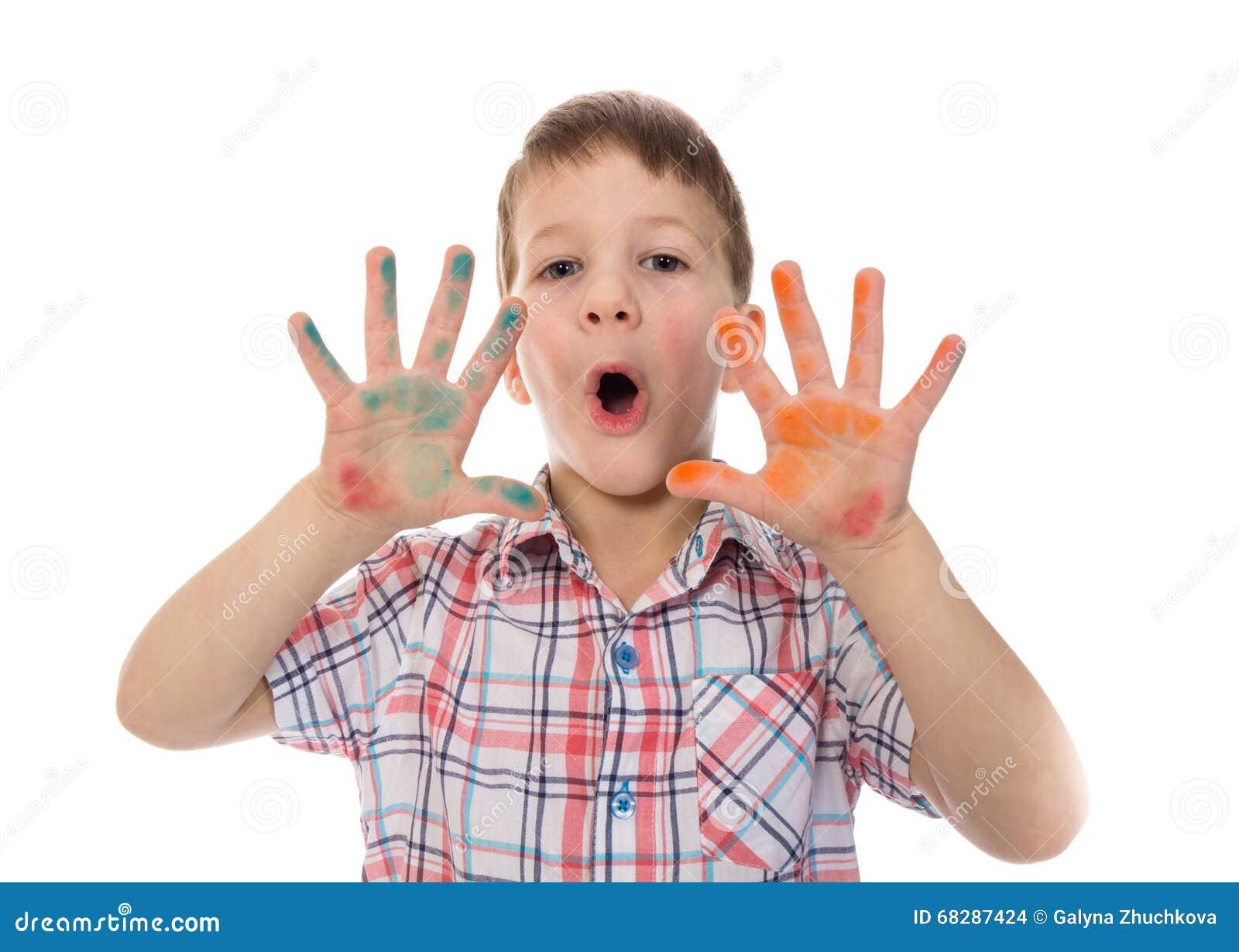 Sjungande pojke med färgrik målad fingerspridning