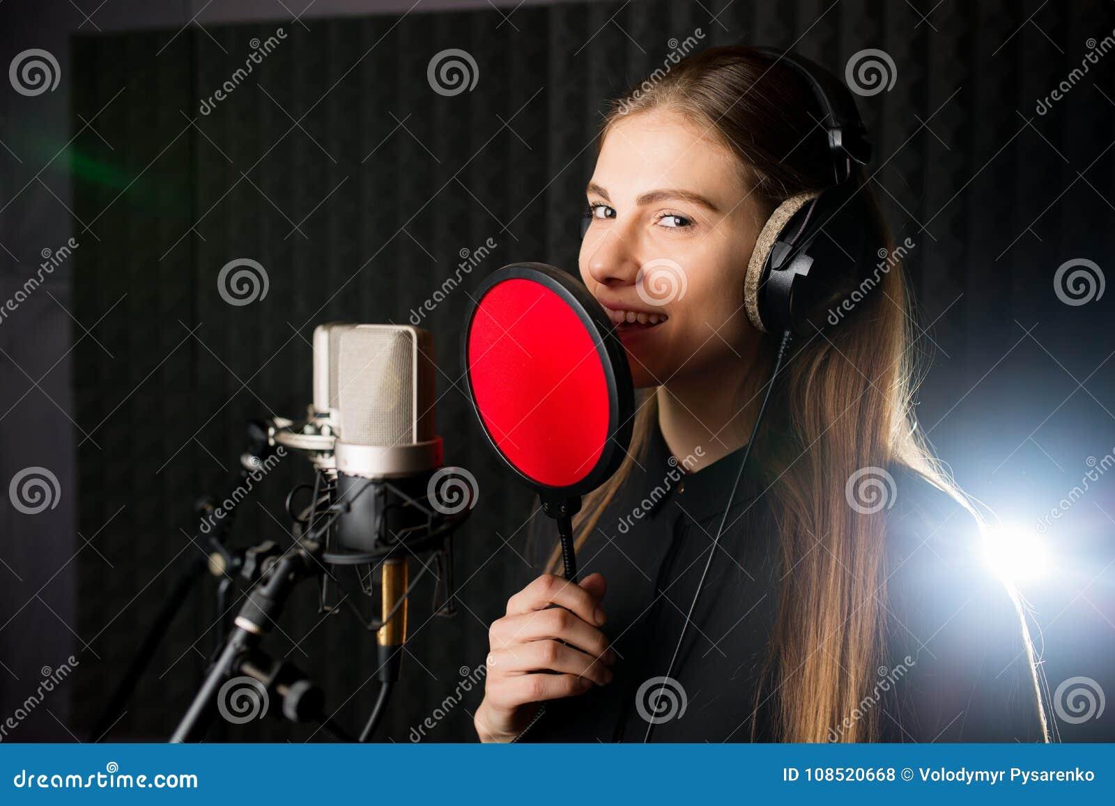 Sjungande ung flicka i inspelningstudio