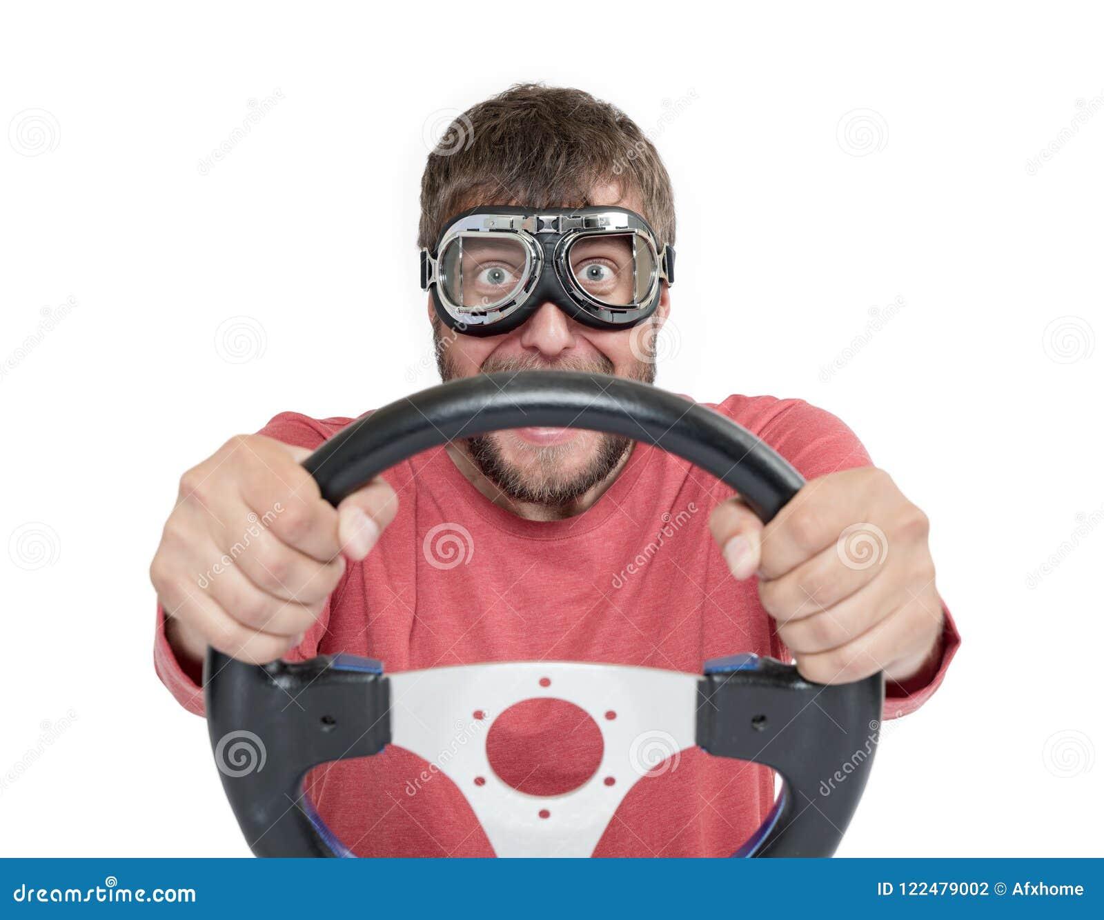 Skäggig man i stilfull skyddsglasögon med styrninghjulet som isoleras på vit bakgrund, begrepp för bilchaufför