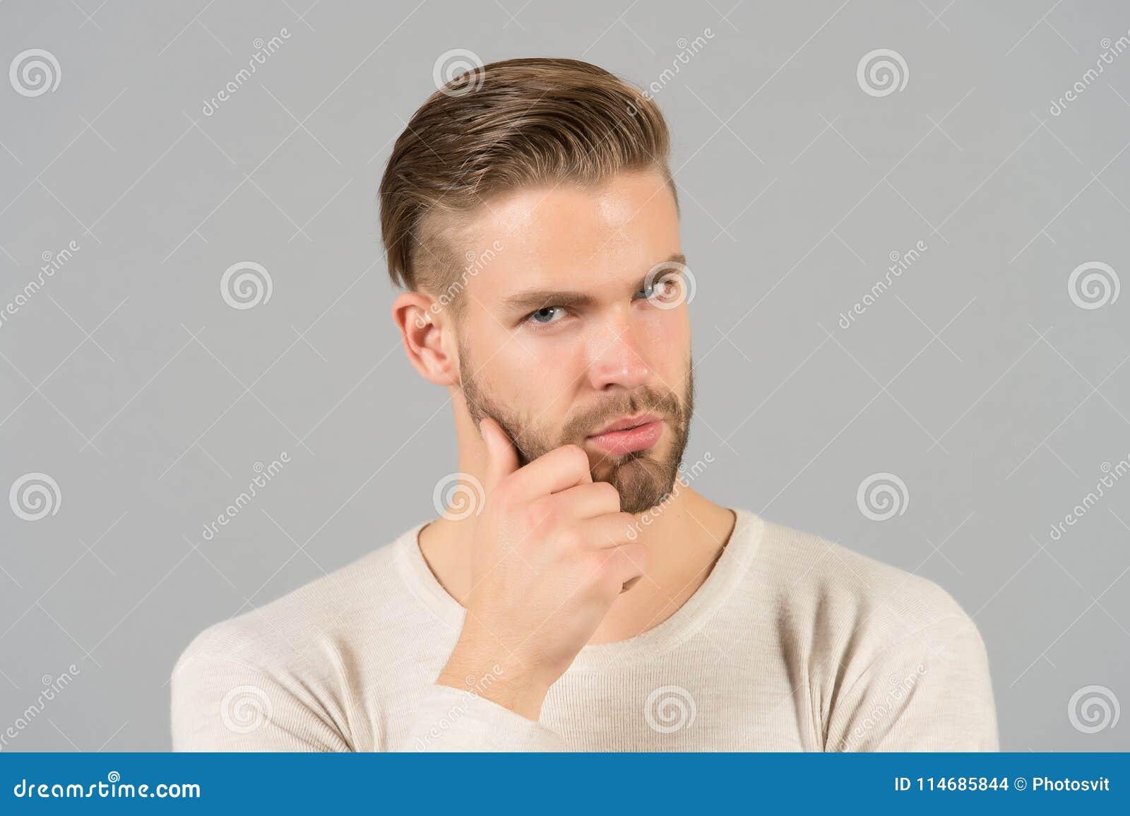 Skäggigt manhandlagskägg med handen Macho med stilfullt hår och sunt barn flå Grabb med den orakade framsidan och mustaschen Skäg