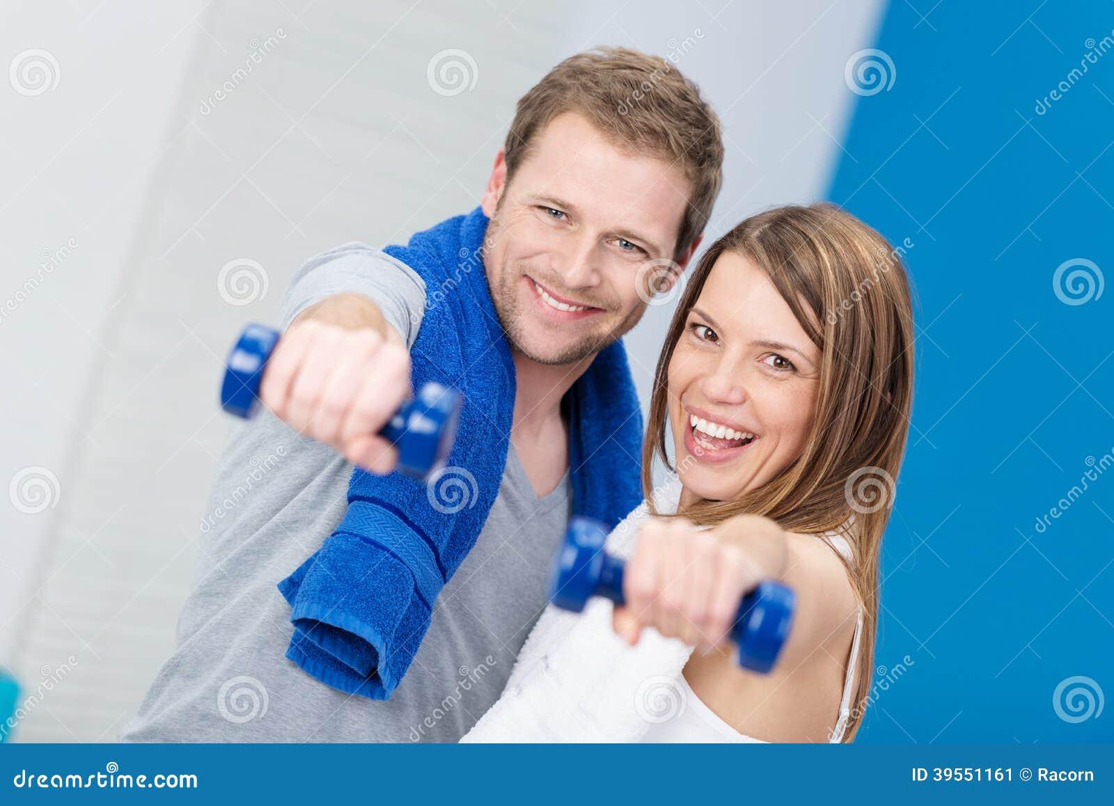 Skämtsamma lyckliga lyckliga par som tillsammans utarbetar