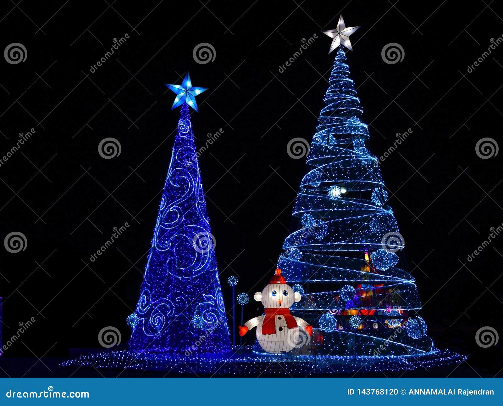 Skärm för ljus för vinterjul dekorativ av det åtskilliga julträdet