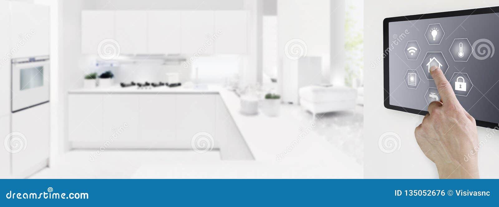 Skärm för minnestavla för smart handhandlag för hem- automation digital med symboler på inomhus rum- och kökbakgrund, rengöringsd