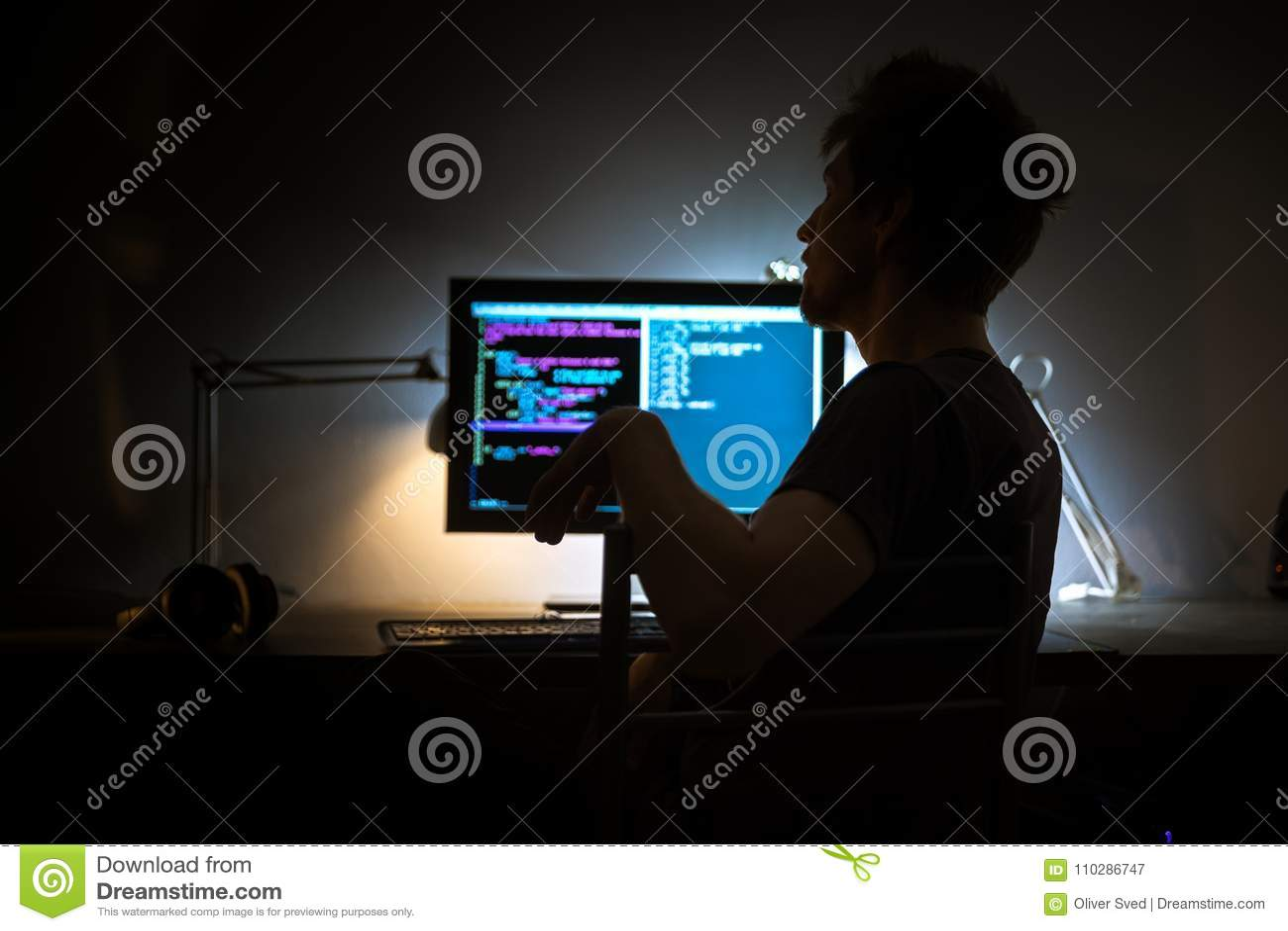 Skärm för stor dator i mörkt rum